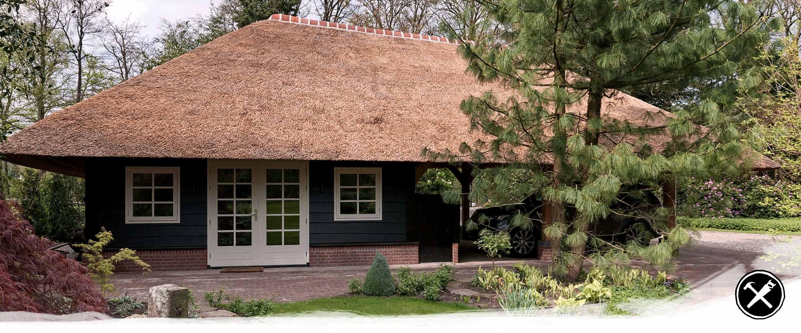 Tuinkamer met Carport en Garage in Enschede gerealiseerd door Henk Bennink Exclusieve Houtbouw